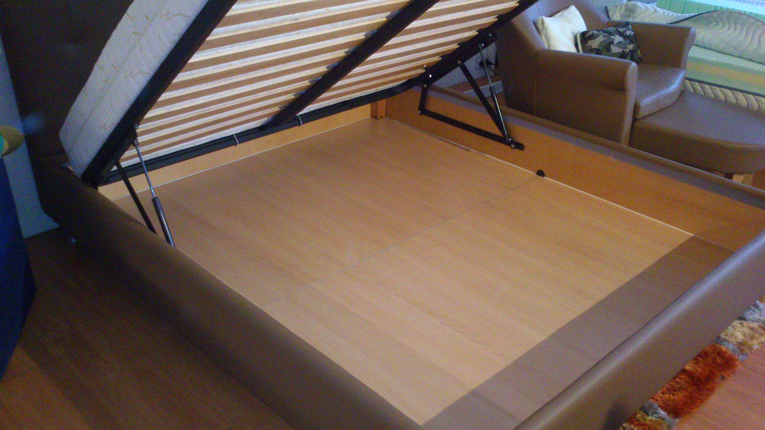 Emejing montaggio letto contenitore gallery - Pistoni per letto contenitore ...